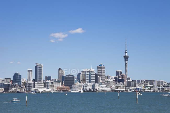 Nueva Zelanda, vista del horizonte de centro de la ciudad contra el agua - foto de stock