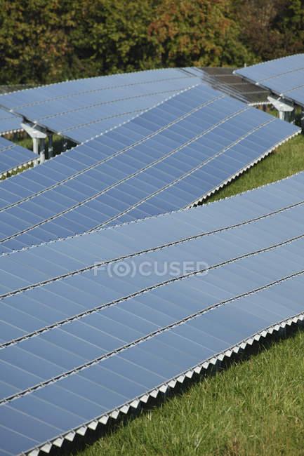 Allemagne, Bavière, Panneaux solaires sur herbe — Photo de stock