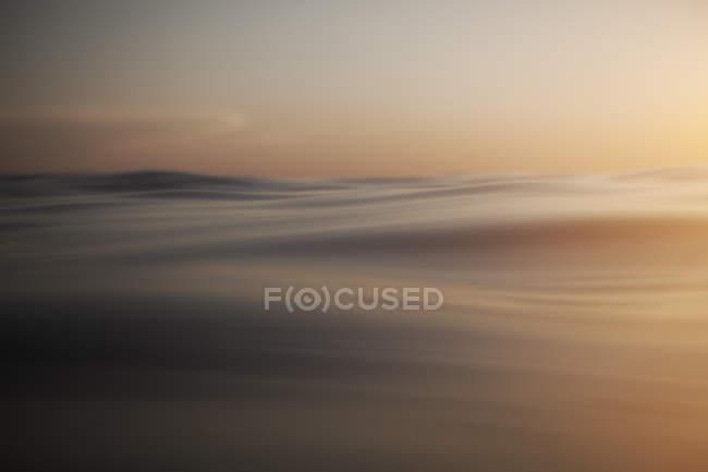 Хорватия, Средиземное море, океан и волны на рассвете — стоковое фото