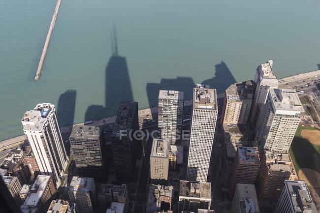 Vue de la Hancock Tower sur Chicago et le lac Michigan avec des gratte-ciel ombragés réfléchissant sur la surface de l'eau, Illinois, États-Unis, États-Unis — Photo de stock
