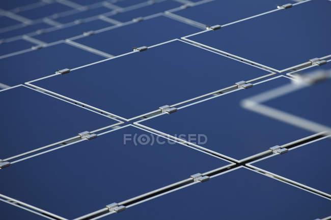 Крупным планом современных солнечных панелей в дневное время, Бавария, Германия — стоковое фото