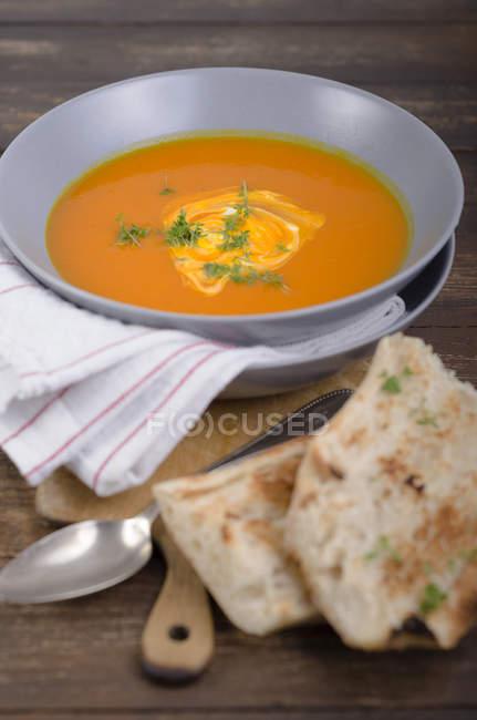 Kürbissuppe in Schüssel mit geröstetem Weißbrot — Stockfoto