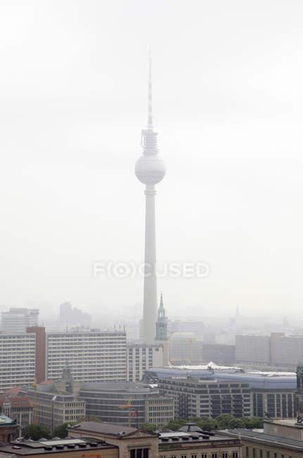 Allemagne, Berlin, Toits avec tour de télévision — Photo de stock