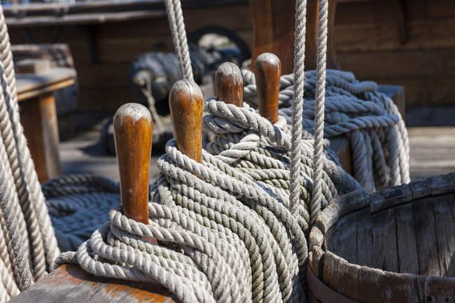 Генуя, Італія старого порту Порто Антіко, репліки галеон, кінець мотузки на лаві підсудних — стокове фото