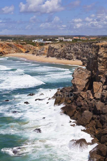 Onde lungo la costa rocciosa — Foto stock