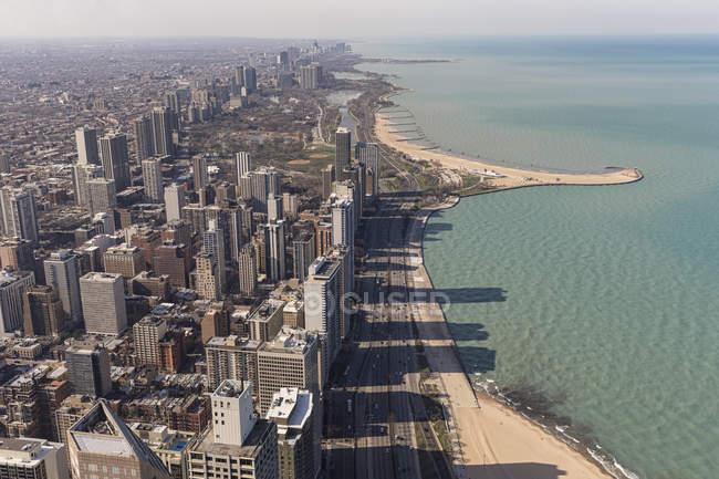 Vue de la Hancock Tower sur Chicago et le lac Michigan avec des gratte-ciel ombragés à la baie, Illinois, États-Unis, États-Unis — Photo de stock
