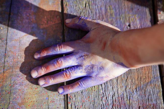 Deutschland, Nordrhein-Westfalen, Köln, menschliche Hand mit Farbe überzogen, Nahaufnahme — Stockfoto