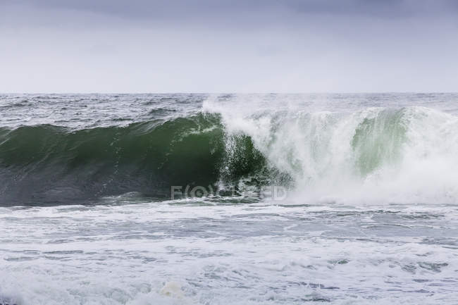 Surf Atlantique à la côte nord de l'Irlande — Photo de stock