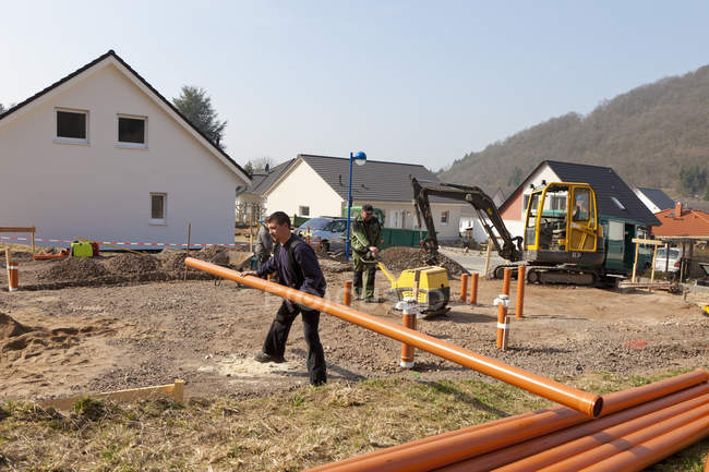 Manual workers laying pipes on construction site, Rhineland-Palatinate, Germany — Stock Photo