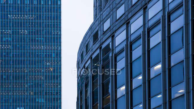 Reino Unido, Londres, Docklands, partes de fachadas en el distrito financiero - foto de stock