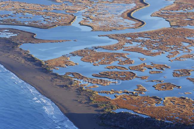 Vista elevada de la playa de Iztuzu con delta de Dalyan durante el día, Dalyan, Turquía , - foto de stock
