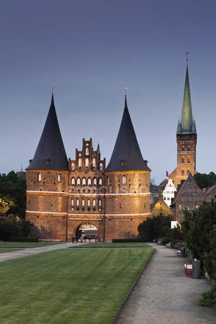 Deutschland, schleswig holstein, lübeck, blick auf die st.-petri-kirche abends beleuchtet — Stockfoto