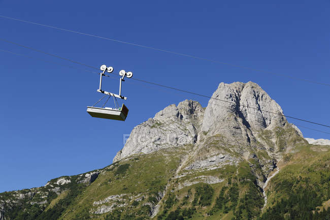 Autriche, Carinthie, Alpes Carniques, Téléphérique et Cellon Mountain pendant la journée — Photo de stock