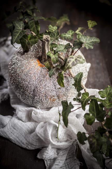 Хеллоуїн прикраси, сяючи гарбуза з Плюща tendril на дерев'яні таблиці — стокове фото