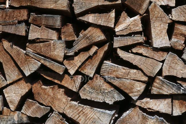 Gros plan du bois de chauffage empilé, cadre complet — Photo de stock