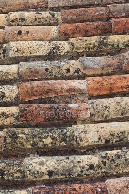Старый кирпич крыши текстуры, крупным планом в дневное время — стоковое фото