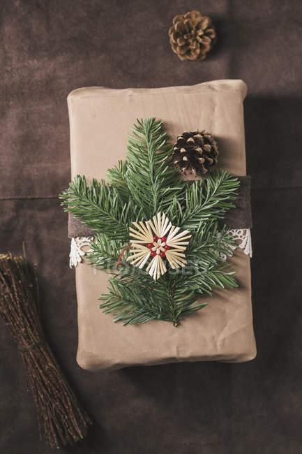 Cadeau de Noël enveloppé en daim orné de cuir et de la dentelle — Photo de stock