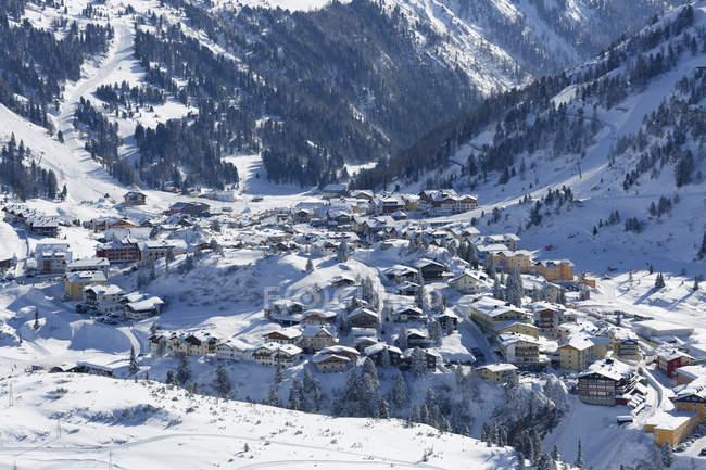 Живописный вид деревни в горах Radstadt Tauern, Зальцбург, Австрия — стоковое фото
