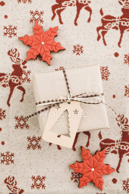 Regalo de Navidad con regalo etiqueta y cookies - foto de stock