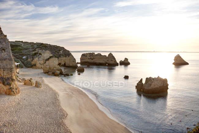 Португалия, вид побережья на пляже с скал — стоковое фото