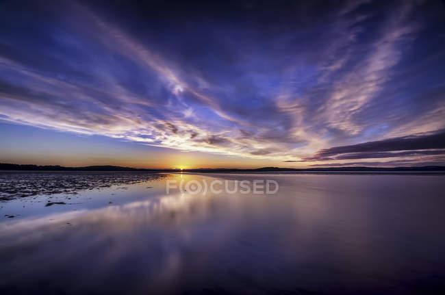Écosse, Édimbourg, coucher de soleil avec ciel lunaire à la plage — Photo de stock