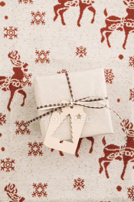 Weihnachts-Geschenk-Box mit Geschenkanhänger — Stockfoto