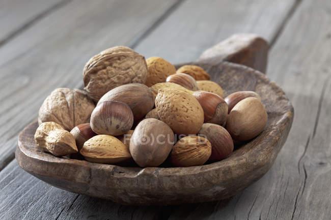 Pelle en bois avec le mélange de noix sur la surface en bois — Photo de stock