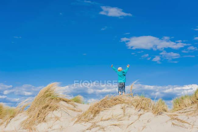 Dinamarca, Romo, Menino de pé no Mar do Norte com as mãos levantadas — Fotografia de Stock