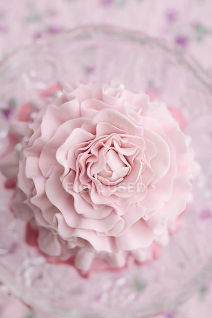 Vista aérea do mini-bolo rosa, close-up na mesa — Fotografia de Stock