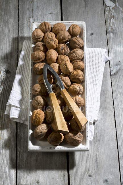Кубок з горіхами, Лускунчик і блюдо рушники на дерев'яну столову — стокове фото