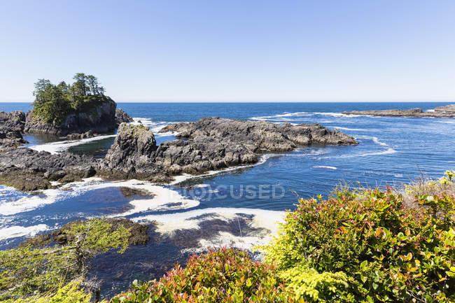 Канада, Британська Колумбія, на острові Ванкувер Тихоокеанського Національний парк заповідник Канади, скелястий берег в дикій природі Pacific Trail — стокове фото