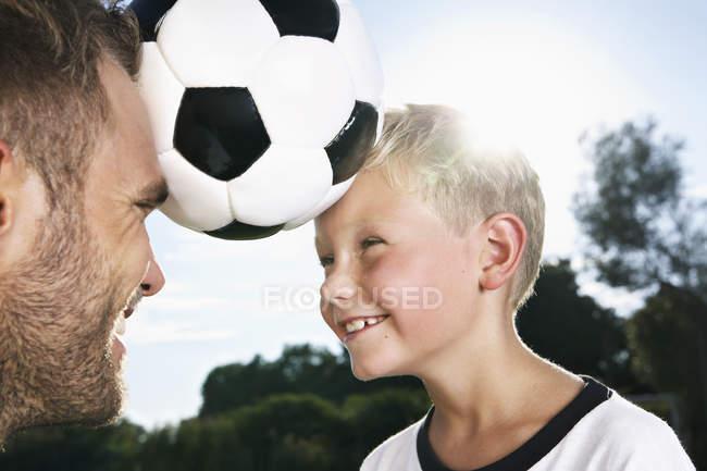 Батько і син, які грали у футбол з головами — стокове фото