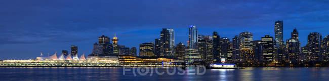 Canadá, Columbia Británica, Vancouver, vista panorámica del horizonte de la ciudad en la noche - foto de stock