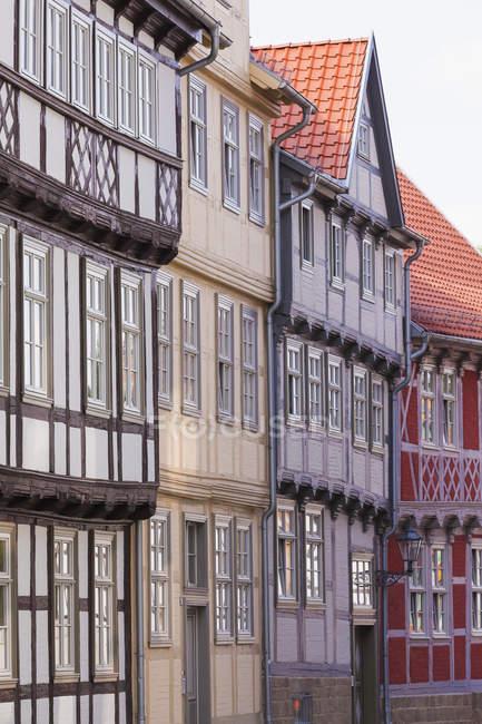 Alemania, Sajonia-Anhalt, Quedlinburg, primeros planos de casas de entramado de madera - foto de stock