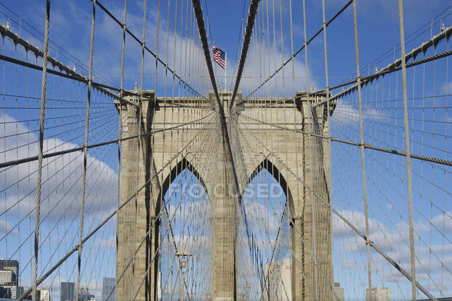Vista de la torre del puente de Brooklyn en Manhattan, Nueva York, EE.UU. - foto de stock