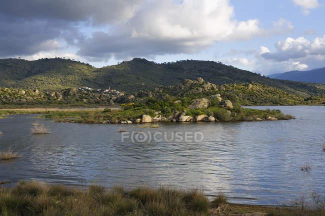 Lago Bafa con il villaggio di Glyaka, montagne di Latmos o montagne di Beparmak, Provincia di Mula, regione dell'Egeo, Turchia — Foto stock