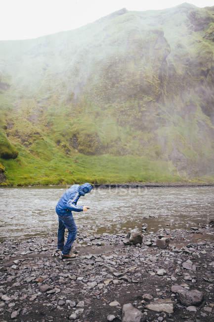 Islanda, turista alla cascata di Skogafoss — Foto stock