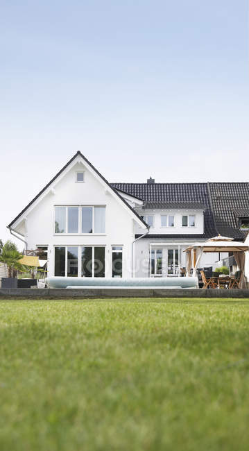 Germany, Cologne. Front view of villa and grassy lawn — Stock Photo