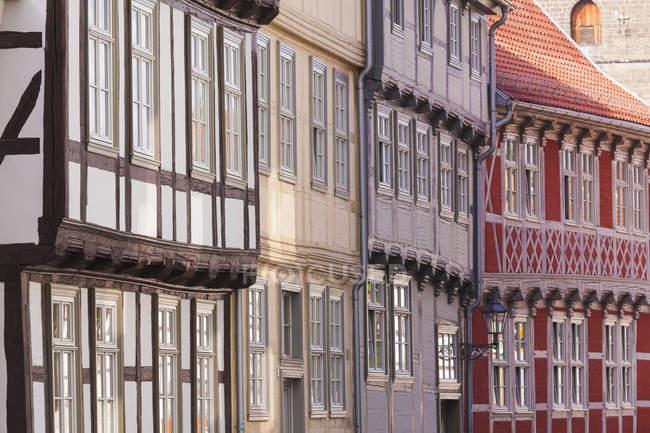 Deutschland, Sachsen-Anhalt, Quedlinburg, Fachwerkhäuser tagsüber — Stockfoto