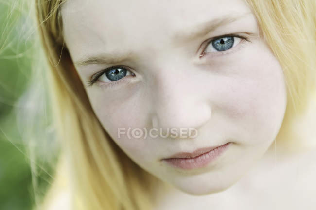 Portrait de fille blonde, gros plan — Photo de stock