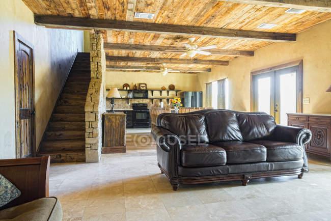 Interior de casa rústica de madera con sofá de cuero - foto de stock