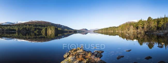 Scottish Highlands, tranquility lake and reflected shores — Stock Photo