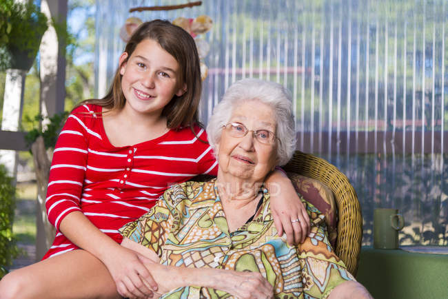 Пожилая женщина и ее правнучка рядом — стоковое фото