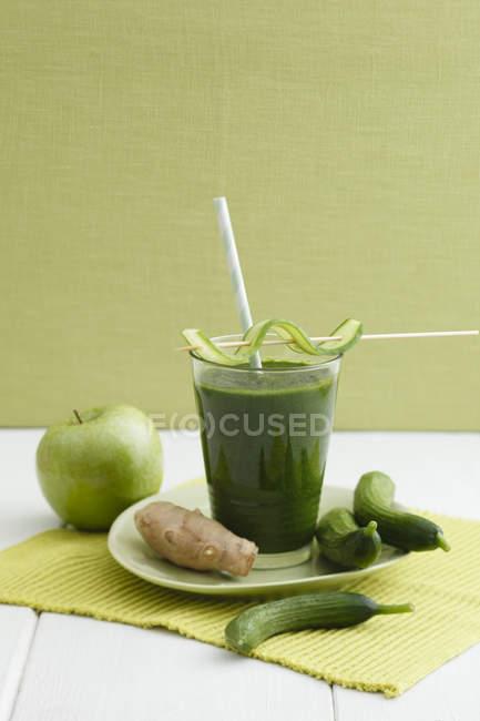 Maçãs verdes, gengibre e smoothie de pepino em vidro com ingredientes — Fotografia de Stock