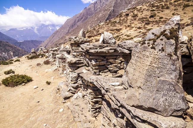 Pietre di preghiera di Nepal, Everest Base Camp Trek, nell'Himalaya durante il giorno — Foto stock
