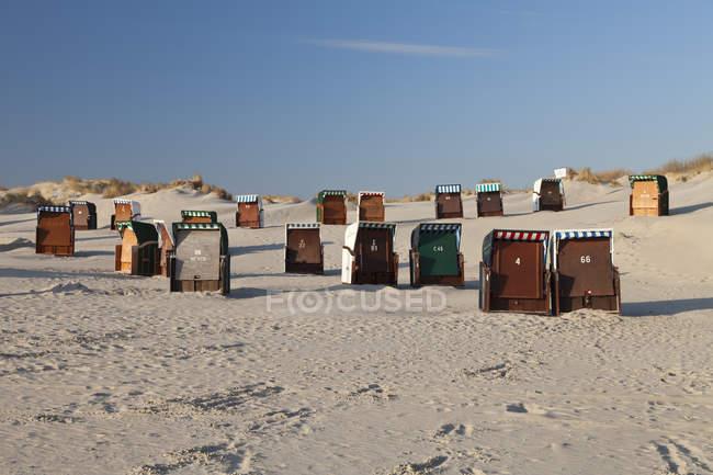 Німеччина, Нижня Саксонія, Східної Фризії, Borkum, закриті пляжні шезлонги — стокове фото