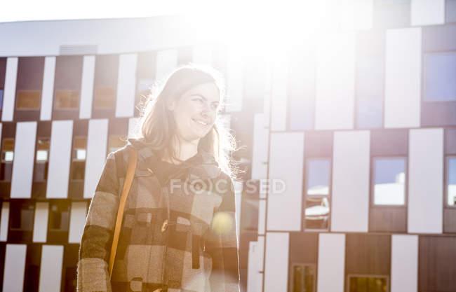 Улыбающаяся молодая женщина на улице — стоковое фото