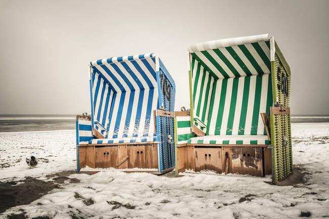 Германия, Нижняя Саксония, шезлонги на пляже Langeoog — стоковое фото