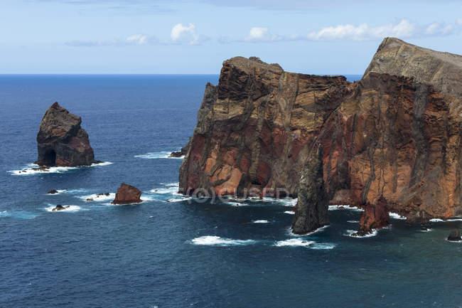 Vista sobre a reserva de natureza vulcânica Península de Ponta de Sao Lourenco com seus penhascos íngremes na Madeira, Madeira, Portugal — Fotografia de Stock