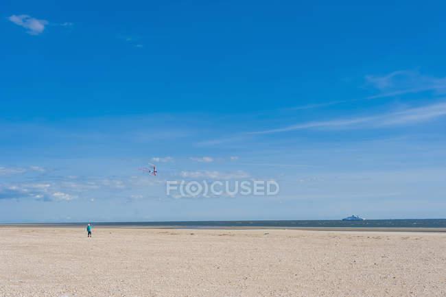 Garçon au sable plage de la mer du Nord en journée ensoleillée — Photo de stock